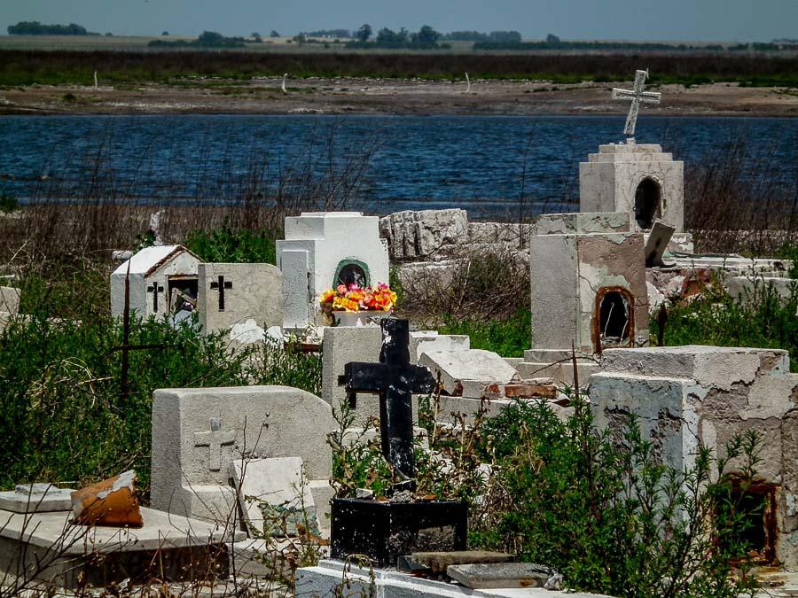 El Cementerio abandonado de Carhué en Termas de Carhue